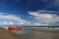 Praia Itália de Bibione com o céu azul e os guarda-sóis claros Imagem de Stock