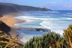 Praia litoral australiana da ressaca do oceano com pesca do homem Fotografia de Stock