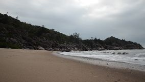 Praia magnética da ilha, baía em ferradura vídeos de arquivo