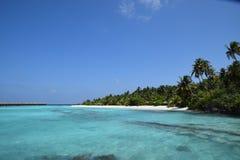 Praia maldiva com overwater-bungalows Fotos de Stock Royalty Free