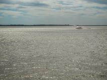 Praia, mar calmo e céu cinzento Fotos de Stock