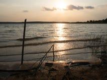 Praia, mar durante a noite e a luz do sol refletido na superf?cie da ?gua imagens de stock
