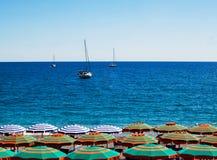 Praia, mar e céu imagem de stock royalty free