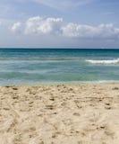 Praia, mar e céu azul imagens de stock royalty free
