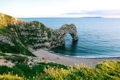 Praia, mar e porta de Durdle na costa jurássico, Dorset, Reino Unido Imagem de Stock