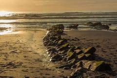 A praia maravilhosa e peculiar de Barrika imagens de stock