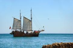 Praia Marinha do barco de turista imagem de stock royalty free