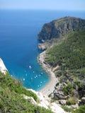 Praia mediterrânea idílico fotos de stock royalty free