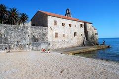 Praia mediterrânea no tempo de mola Fotos de Stock