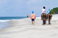 A praia monta horseback Fotografia de Stock Royalty Free