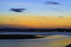 Praia, montanhas e céu Imagem de Stock Royalty Free