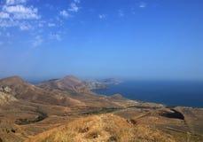 Praia, montes, mar e céu bonitos Imagem de Stock