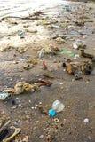 Praia muito poluída Imagens de Stock