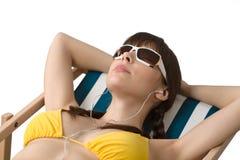 Praia - a mulher escuta a música no biquini Fotos de Stock Royalty Free