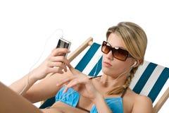 Praia - a mulher feliz relaxa no biquini com música imagens de stock