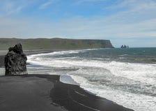 Praia mundialmente famosa da preto-areia de Reynisfjara na costa sul de Islândia, Europa foto de stock