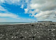 Praia mundialmente famosa da preto-areia de Reynisfjara na costa sul de Islândia, Europa imagens de stock