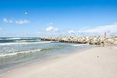 A praia na costa do mar Báltico fotos de stock royalty free