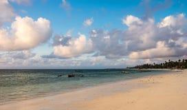 Praia na costa leste de Zanzibar Barcos de navigação de madeira tradicionais em África imagem de stock