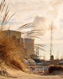 Praia na frente do central nuclear Fotografia de Stock Royalty Free