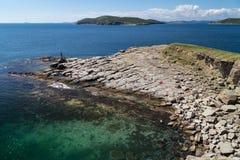 Praia na ilha de Russkiy Imagens de Stock Royalty Free