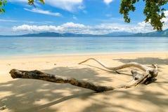 Praia na ilha de Siladen Imagem de Stock Royalty Free