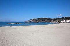 Praia na ilha dos ísquios Fotos de Stock