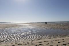 Praia na maré baixa com dois carrinhos de criança Imagem de Stock Royalty Free