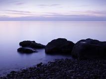A praia na noite Fotos de Stock Royalty Free