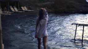 Praia na tempestade no crepúsculo escuro filme