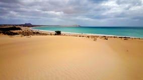 Praia na vista da boa fotografia de stock royalty free