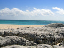 Praia nas rochas Fotos de Stock Royalty Free