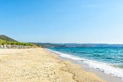 Praia no mediterrâneo em um dia ensolarado claro, Grécia, Halkidiki imagens de stock