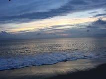 Praia no nascer do sol Fotos de Stock Royalty Free