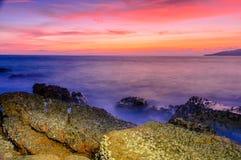 A praia no por do sol Fotografia de Stock Royalty Free