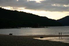 Praia no por do sol Imagem de Stock