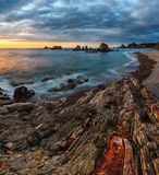 Praia no por do sol, as Astúrias de Gueirua, Espanha Fotografia de Stock Royalty Free
