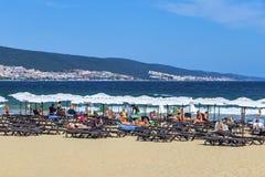 A praia no recurso do Mar Negro em Bulgária Bulgária Praia ensolarada 25 08 2018 foto de stock