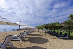 Praia no sol da manhã Imagens de Stock Royalty Free