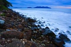 Praia no trópico no por do sol Imagem de Stock Royalty Free