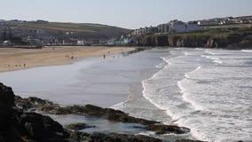 Praia norte de Perranporth Cornualha com ondas e povos filme