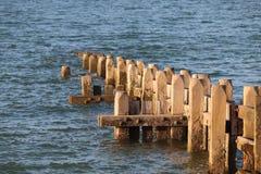 Praia Norwich Inglaterra de Walcott sistema de defesa de mar que retém as ondas foto de stock royalty free