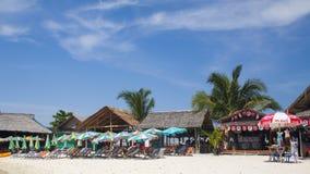 Praia nos trópicos com camas do sol Foto de Stock