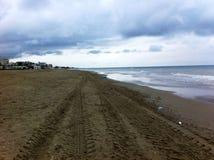 A praia o céu e as nuvens Foto de Stock Royalty Free