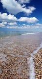 A praia, o mar e o céu Imagem de Stock Royalty Free