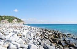 Praia oca de Usai em Villasimius Sardinia, Itália Rochas, SE azul Fotografia de Stock Royalty Free