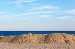 Praia, oceano, e céu Fotos de Stock