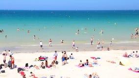 Praia ocupada em Saint Malo em um dia de verão quente video estoque