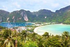 Praia, palmeiras, montanhas e baía da ilha com barcos vista superior, Phi Phi Island, Tailândia imagem de stock royalty free