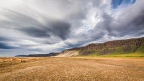 Praia pelo mar ártico, Islândia Fotografia de Stock